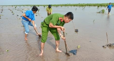 Tuổi trẻ Công an Sóc Trăng tham gia trồng rừng phòng hộ ven biển