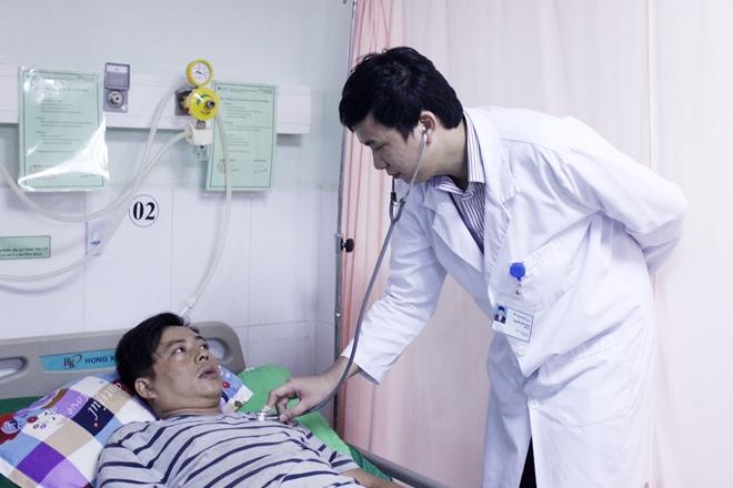 BS đang thăm khám cho bệnh nhân Đ. sau khi được cứu sống.