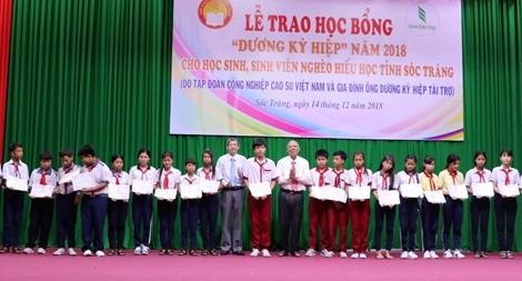 Trao 280 suất học bổng Dương Kỳ Hiệp cho học sinh, sinh nghèo hiếu học