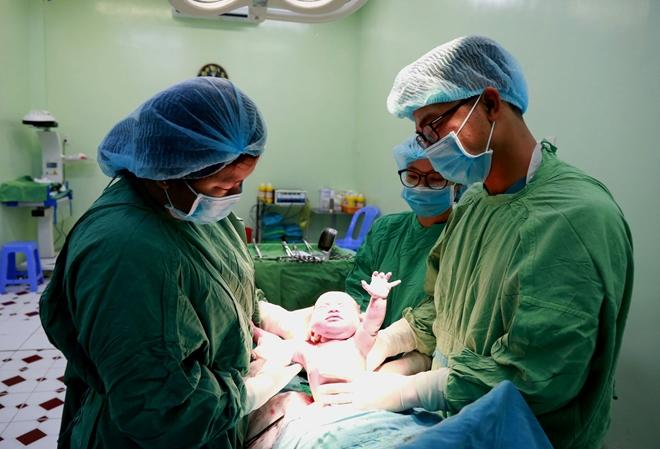 Các BS của BVPS Cần Thơ đón em bé chào đời ngày đầu năm mới 2019.