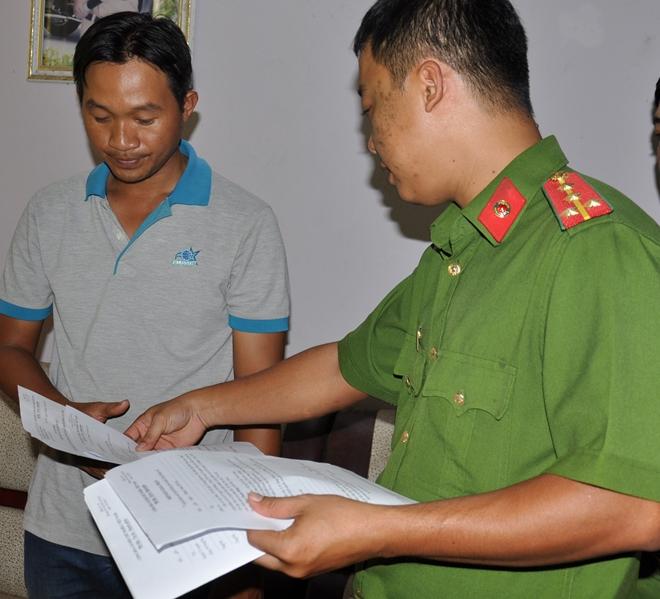Cơ quan CSĐT Công an TP Cần Thơ, tống đạt các quyết định khởi tố, bắt tạm giam đối với Mộng.