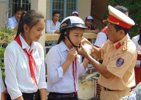 Công an Bạc Liêu tuyên truyền về TTATGT, tặng quà học sinh nghèo