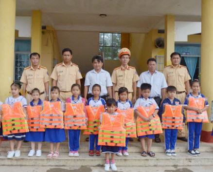 Công an Bạc Liêu tuyên truyền về TTATGT, tặng quà học sinh nghèo - Ảnh minh hoạ 3