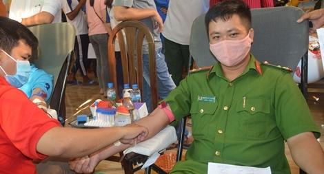 Công an huyện Cù Lao Dung hiến máu nhân đạo
