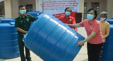 Phu nhân nguyên Chủ tịch nước tặng bồn chứa nước cho người dân Tây Nam Bộ