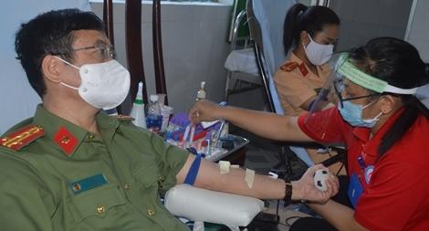 Giám đốc Công an tỉnh Sóc Trăng cùng CBCS hiến máu tình nguyện