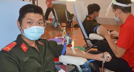 Chiến sỹ nghĩa vụ tham gia hiến máu tình nguyện