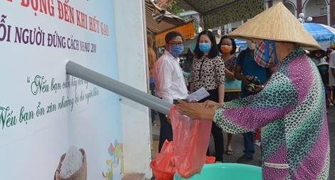Cây ATM gạo đầu tiên hỗ trợ người nghèo ở Sóc Trăng