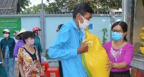 Một nhà hảo tâm hỗ trợ 60 tấn gạo cho người nghèo Sóc Trăng