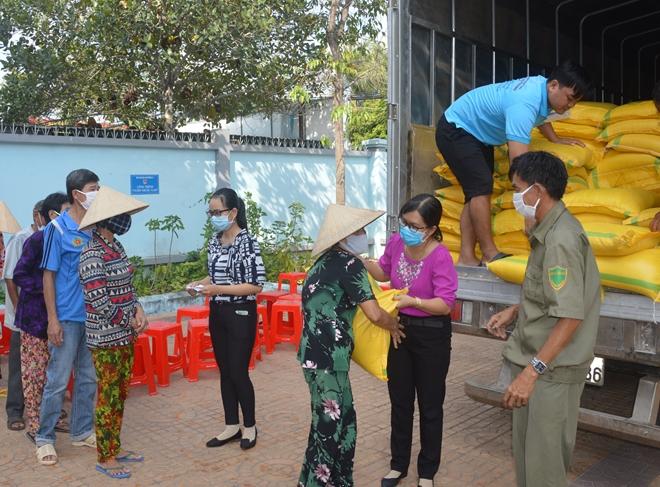 Một nhà hảo tâm hỗ trợ 60 tấn gạo cho người nghèo Sóc Trăng - Ảnh minh hoạ 3