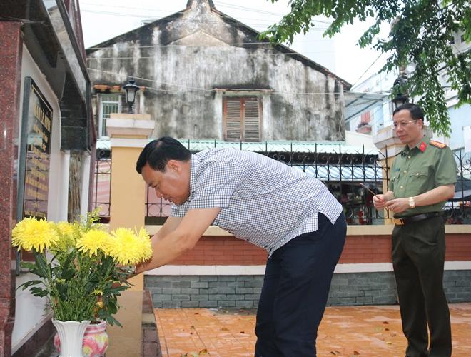 Dâng hương tưởng niệm các Anh hùng liệt sỹ Đội cảm tử quân Lê Bình
