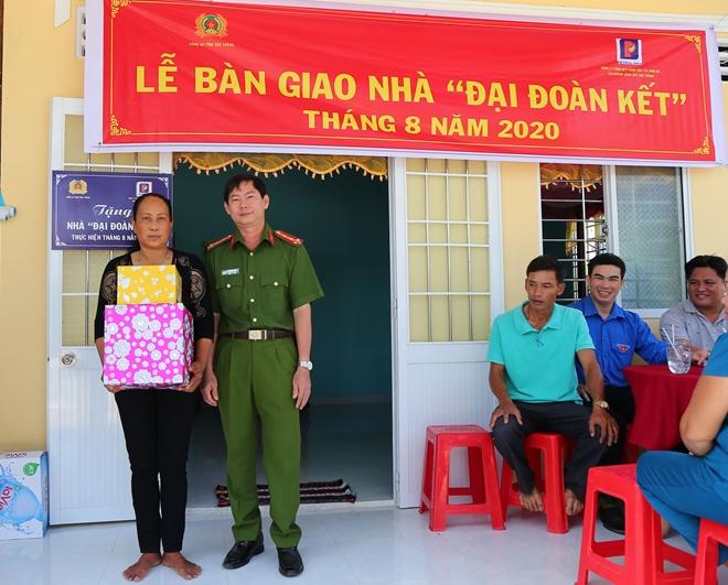 Trao nhà Đại đoàn kết tặng thân nhân Mẹ Việt Nam Anh hùng - Ảnh minh hoạ 2
