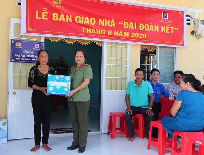 Trao nhà Đại đoàn kết tặng thân nhân Mẹ Việt Nam Anh hùng - Ảnh minh hoạ 4