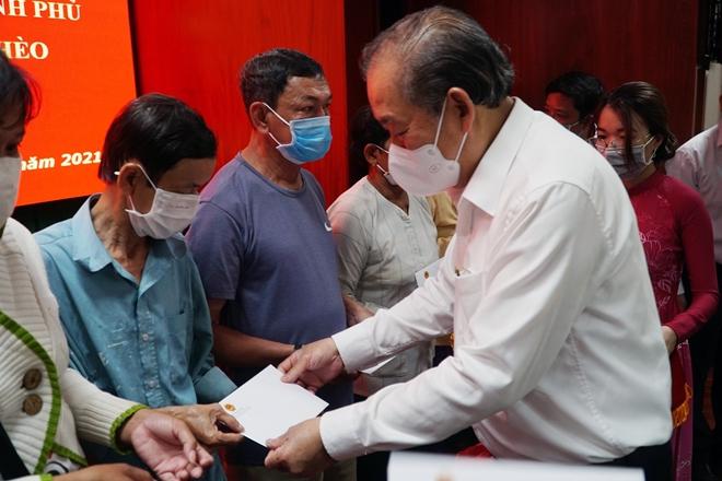 Phó Thủ tướng Trương Hòa Bình trao quà Tết tại Sóc Trăng