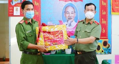 Thứ trưởng Lê Tấn Tới thăm, chúc Tết Công an xã ở Hậu Giang và Sóc Trăng