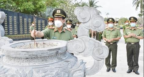Thứ trưởng Lê Tấn Tới dâng hương tưởng niệm các Anh hùng liệt sỹ