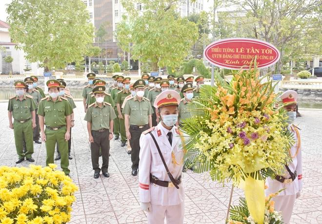Thứ trưởng Lê Tấn Tới dâng hương tưởng niệm các Anh hùng liệt sỹ - Ảnh minh hoạ 3