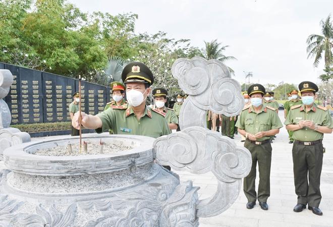 Thứ trưởng Lê Tấn Tới dâng hương tưởng niệm các Anh hùng liệt sỹ - Ảnh minh hoạ 2