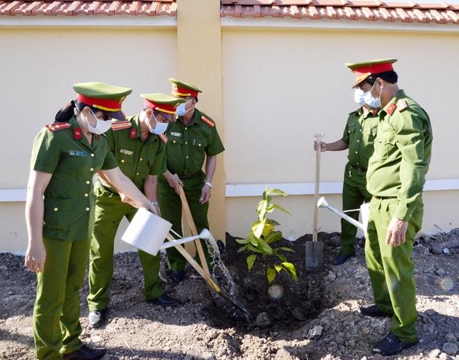 Trại giam Cái Tàu ra quân trồng trên 10.000 cây xanh - Ảnh minh hoạ 2