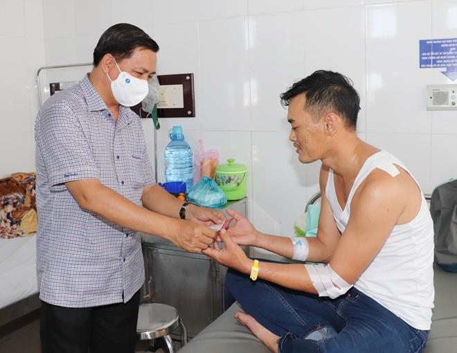 Chủ tịch tỉnh Sóc Trăng thăm hỏi cán bộ Công an bị thương khi bắt tội phạm