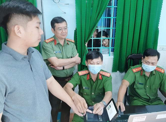 Giám đốc Công an tỉnh Sóc Trăng kiểm tra công tác cấp CCCD lưu động