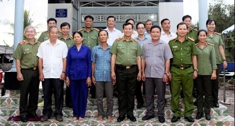 Thứ trưởng Lê Tấn Tới trao nhà đồng đội tại Cà Mau