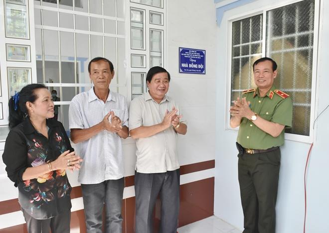 Thứ trưởng Lê Tấn Tới tặng nhà đồng đội tại Bạc Liêu - Ảnh minh hoạ 7