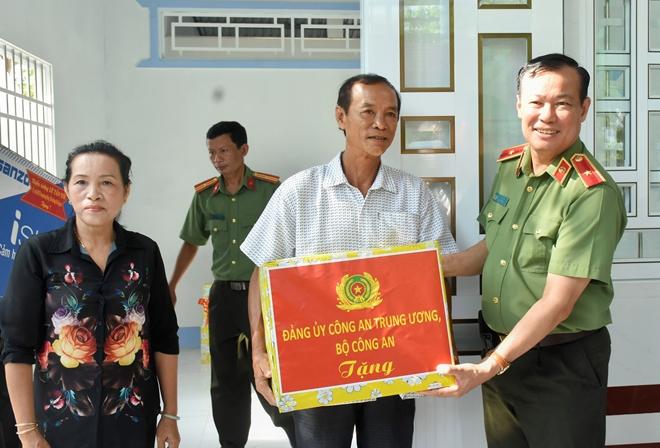 Thứ trưởng Lê Tấn Tới tặng nhà đồng đội tại Bạc Liêu - Ảnh minh hoạ 4