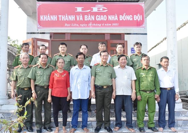 Thứ trưởng Lê Tấn Tới tặng nhà đồng đội tại Bạc Liêu