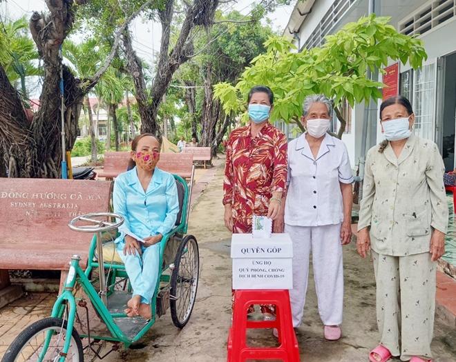 Nhiều cụ bà ở Trung tâm bảo trợ xã hội đóng góp, ủng hộ phòng chống COVID-19