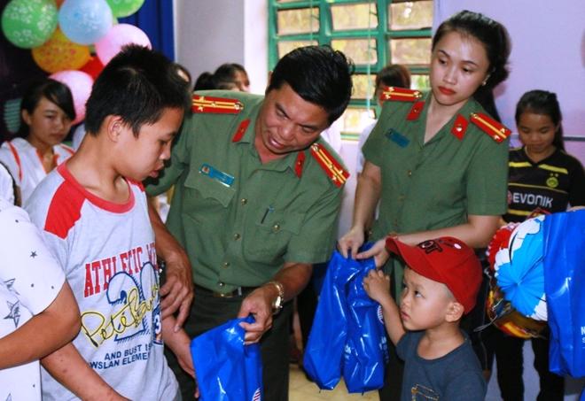 Mang trung thu đến sớm với trẻ em mồ côi Đắk Lắk