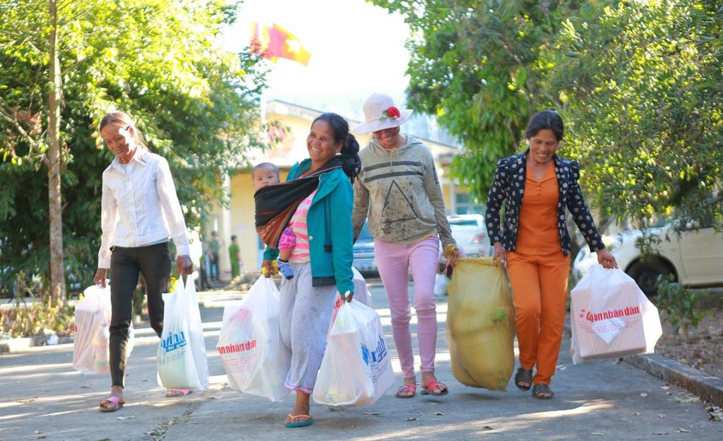 200 suất quà Tết đến với người dân xã khó khăn tỉnh Gia Lai và Kon Tum