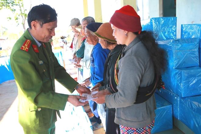 Đại tá Trần Thanh Phong cùng lãnh đạo Công an huyện Chư Păh trao quà cho người dân tại xã Ia Khươl, huyện Chư Păh