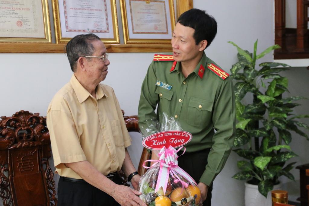 Công an Đắk Lắk tri ân, tặng quà các thương binh và thân nhân liệt sỹ