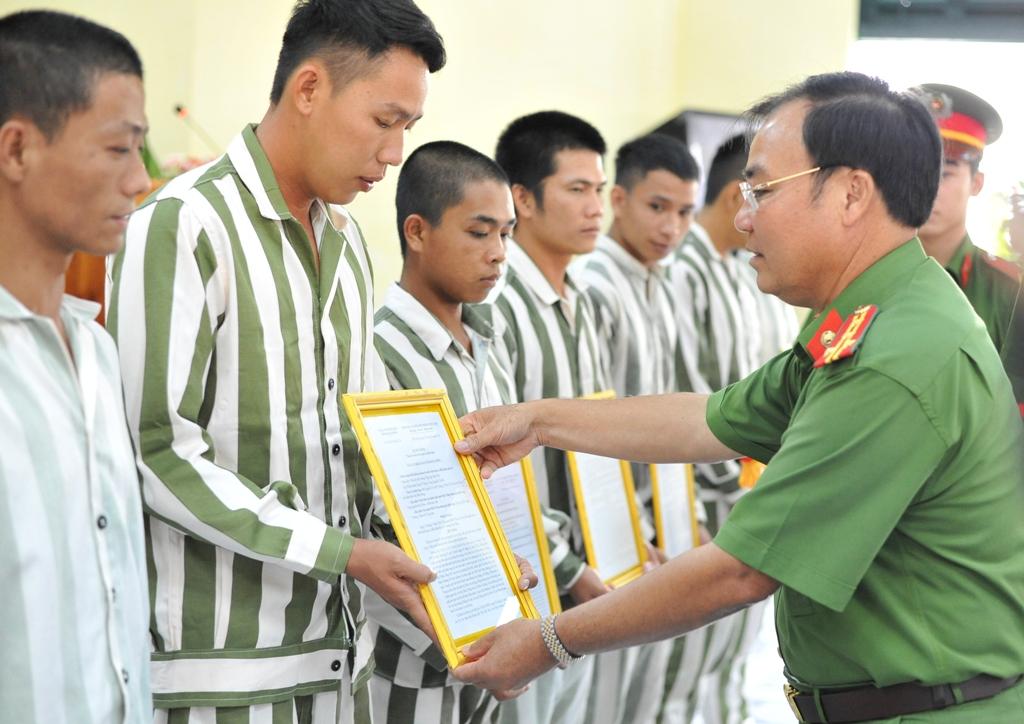 Trại giam Đắk P'lao công bố quyết định tha tù trước thời hạn có điều kiện