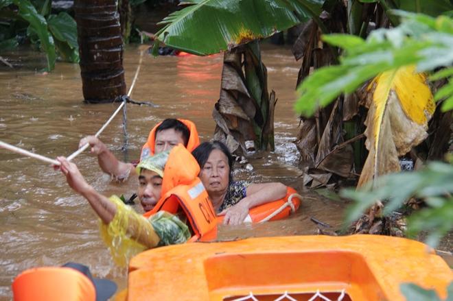 Hàng trăm chiến sỹ dầm mình trong nước cõng dân chạy lụt - Ảnh minh hoạ 3