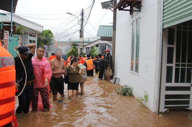 Hàng trăm chiến sỹ dầm mình trong nước cõng dân chạy lụt - Ảnh minh hoạ 6