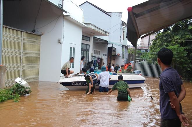 Hàng trăm chiến sỹ dầm mình trong nước cõng dân chạy lụt