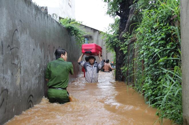 Hàng trăm chiến sỹ dầm mình trong nước cõng dân chạy lụt - Ảnh minh hoạ 5