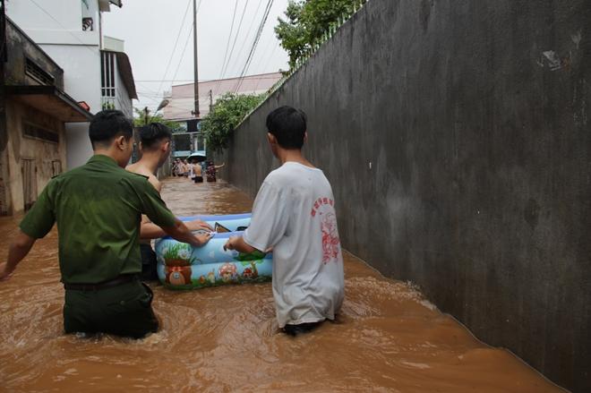 Hàng trăm chiến sỹ dầm mình trong nước cõng dân chạy lụt - Ảnh minh hoạ 4