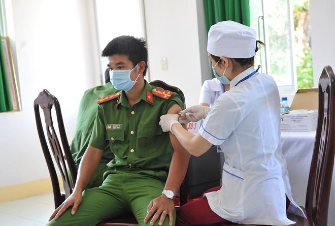 Công an nơi tuyến đầu chống dịch được tiêm vaccine phòng COVID-19 - Ảnh minh hoạ 11