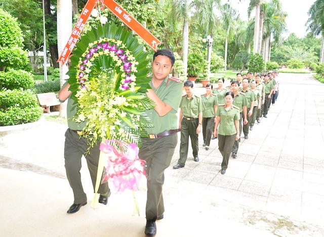 Công an TP Hồ Chí Minh trao quà cho học sinh nghèo Trà Vinh