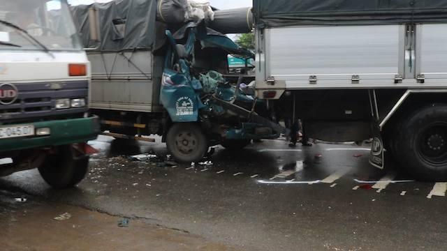 Tiền Giang: Hàng loạt ôtô bị hư hỏng do húc đuôi nhau