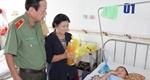 Tặng quà tết tại Bệnh viện Nhi đồng Cần Thơ