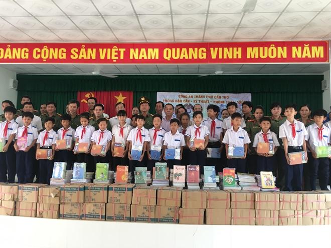 Công an TP Cần Thơ tặng xe đạp cho học sinh nghèo Phong Điền
