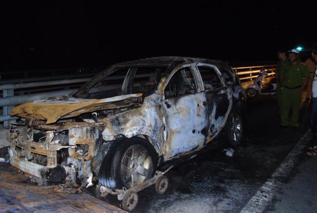 Cần Thơ: Xe ôtô 7 chỗ bốc cháy dữ dội, 3 người thoát chết