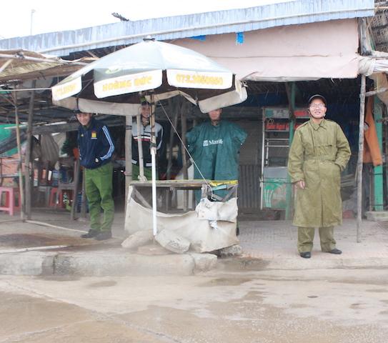 Công an Bạc Liêu tăng cường tuần tra an ninh khu vực sơ tán cư dân tránh bão - Ảnh minh hoạ 12