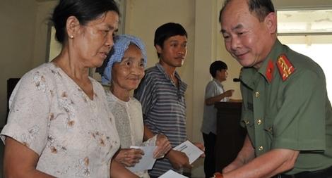 Trao tận tay những phần quà Tết đến người dân Tiền Giang