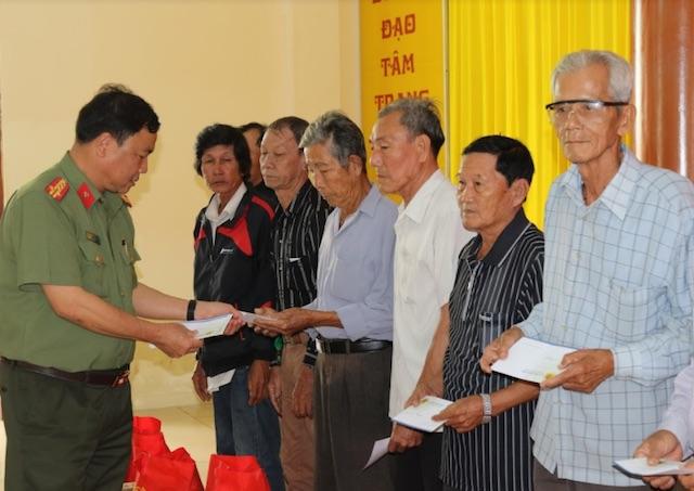 Công an TP Cần Thơ chăm lo Tết cho người nghèo