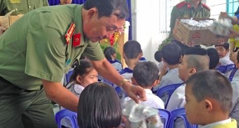 Công an TP Cần Thơ trao 1.000 phần quà Tết vì người nghèo